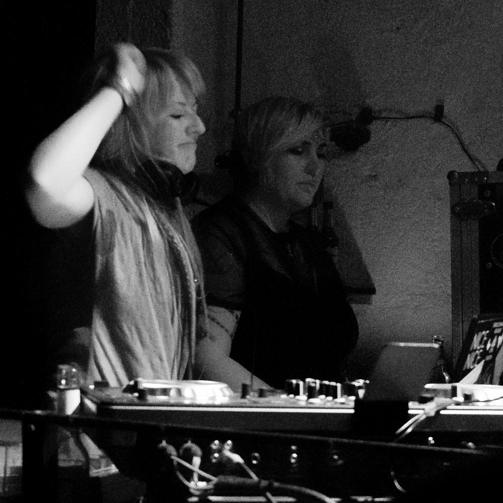 Zwei Personen am DJ-Pult
